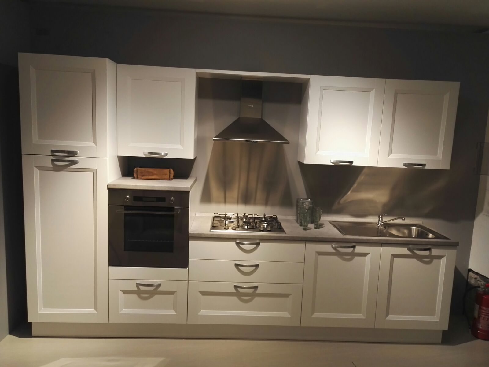 Cucina lineare completa di elettrodomestici